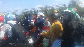 1A國道堵塞兩個多小時,只有摩托車才可緩慢行走。