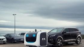 這款名為斯坦(Stan)的泊車機器人不需要客人的車鑰匙,而是直接將車抬起,便可將其停到安全的位置。機器人還可以對汽車進行掃描,從而調整尺寸,避免汽車受損。(圖源:Stanley Robotics)