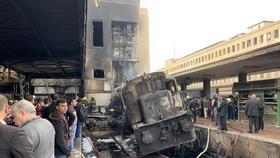火車傾側在月台旁。(圖源:EPA)