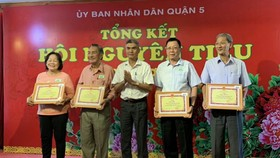 組委會向各社團、會館頒發獎章。