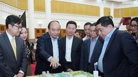 政府總理阮春福參觀創新創意中心模型。(圖源:光孝)