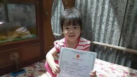 小欣向筆者炫耀自己的出生證。