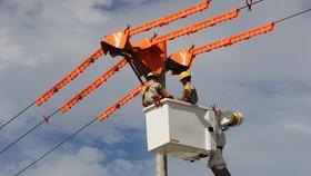 電力工人正維修電網。(圖源:互聯網)