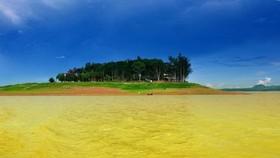 鷹島遠看猶如治安湖中的碧玉。