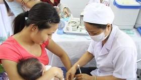 醫生正在為兒童接種疫苗。(圖源:互聯網)