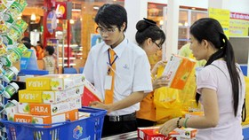 消費者在超市購買商品。(圖源:互聯網)