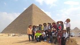 越南遊客在埃及金字塔旅遊勝地合影留念。(圖源:市黨部新聞網)