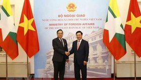 外交部長范平明(右)與緬甸國際合作部長吳覺丁會面時握手。(圖源:越通社)