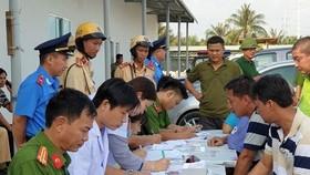 職能力量對出入西貢新港總公司旗下富友港口的司機作毒品檢測。(圖源:潘玲)