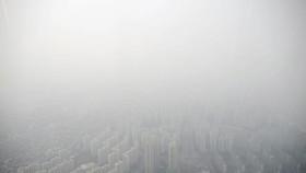韓國本月初連續多天遭遇嚴重霧霾天氣。圖為在首爾,從高樓望向市區,只見灰濛蒙的一片。 (圖源:路透社)