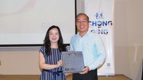 重慶機場集團市場營銷部經理唐艷向聯邦旅遊公司代表贈送幸運獎。