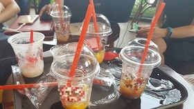 若干飲食店為當場品嚐的食客提供塑料杯、塑料匙和塑料吸管等。