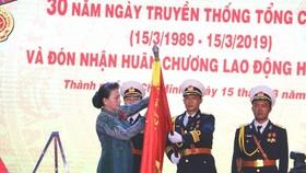 國會主席阮氏金銀代表黨、國家領導向西貢新港總公司頒授國家主席的一等勞動勳章。(圖源:梅玄)