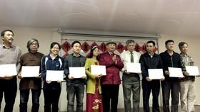 潘慶忠教授向學員頒發證書。