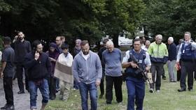 警察帶領民眾離開遭恐襲教堂。(圖源:AAP)