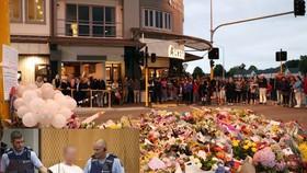民眾在基督城街頭獻花及默哀。澳洲籍疑犯出庭(左下小圖)。(圖源:互聯網)