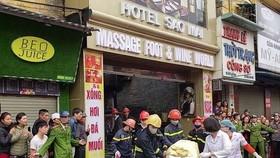 職能力量從火警現場抬出1具婦女屍體。(圖源:江征)