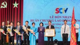 國家副主席鄧氏玉盛出席並向SCTV頒授一等勞動勳章。