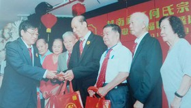 理事長何冠忠向54位70歲以上的宗親及家眷,其中有9 位麥氏顧問及家眷,派發紅包和禮品,以表敬老之意。