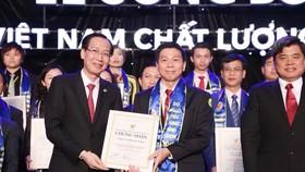 市領導頒發優質國貨證書給華人企業家陳偉民。