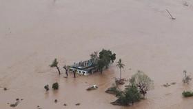 受災民眾在房頂上等待救援。(圖源:互聯網)