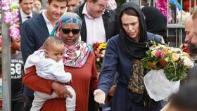 新西蘭總理阿德恩(右)在清真寺探望悼念者。(圖源:Getty Images)