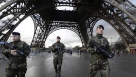 """在巴黎參與反恐""""步哨行動""""的法國士兵。(圖源:AFP)"""