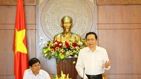 越南祖國陣線中央委員會主席陳清敏(右)在會議上致詞。(圖源:雲清)