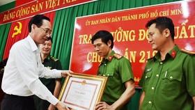 市人委會常務副主席黎清廉向邊防部隊司令部幹部和戰士頒授獎狀。(圖源:光輝)