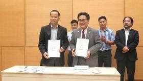 日本駐本市總領事Junichi Kawaue(前右)與平福省蒲登縣醫療中心代表簽署體能康復科新建項目無償援助協議。(圖源:黃廉)