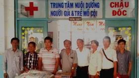 忠義堂理事會代表向老人與孤兒撫養中心贈送禮物。
