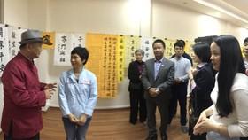 潘教授(左一)與學員們交流。