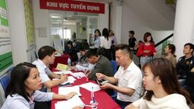 許多大學生參加就業交易平台。