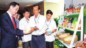 越南企業代表向中國駐本市總領事吳駿介紹農產品。