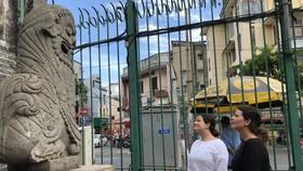 國際遊客參觀穗城會館。