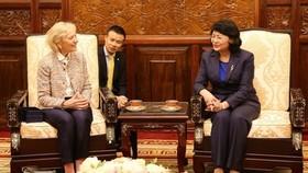 國家副主席鄧氏玉盛(右)接見微笑行動機構主席凱西‧馬奇女士。(圖源:人民軍隊報)