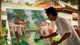 遊客可見證畫家完成畫作的最後工序。