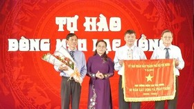 阮氏麗同志頒發錦旗給市民族歷史文化公園管委會。(圖源:市黨部新聞網)
