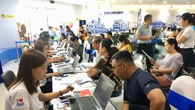 遊客在Saigontourist公司諮詢登記旅程。