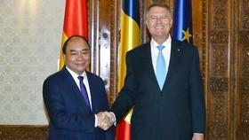 政府總理阮春福會見羅馬尼亞總統克勞斯‧約翰尼斯。(圖源:VGP)