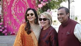 此前,印度首富(右)女兒出嫁,美國前國務卿希拉里(中)參加婚禮。(圖源:臉書)