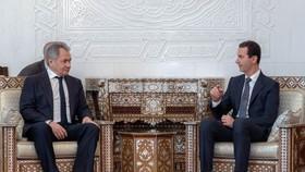 敘利亞總統巴沙爾‧阿薩德(右)與俄羅斯副總理尤里‧鮑里索夫舉行會談。(圖源:EPA)