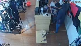 監控視頻顯示,當售貨員向他找錢時,他卻作出拒絕手勢,並擅自從抽屜裡取出一疊錢以選擇不同面值的錢幣。(圖源:視頻截圖)