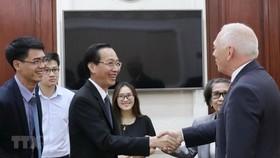 市人委會常務副主席黎清廉(前中)接見比利時瓦隆‧布拉班特省省長吉爾‧馬耶。(圖源:越通社)