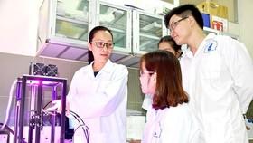 阮雪芳博士(左)指引研究生研究太陽能電池。