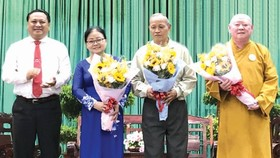 郡人委會副主席陳飛龍向3位模範代表 贈送鮮花。
