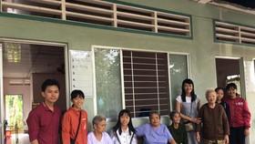 阮氏明心老師(右四)和一心慈善組前往看望孤獨無靠的老人。