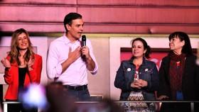 西班牙首相、工人社會黨主席桑切斯(左二)在選舉結果揭曉後與支持者見面。(圖源:新華社)