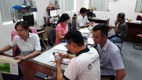 廣告部職員積極為客戶服務。
