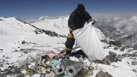 圖為尼泊爾夏爾巴人在世界屋脊清理垃圾。(圖源:AFP)